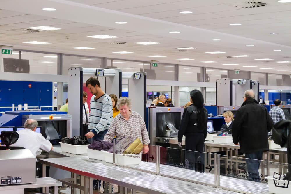 بازرسی در فرودگاه ها و مراکز امنیتی با استفاده از گیت فلزیاب و راکت بازرسی چگونه است